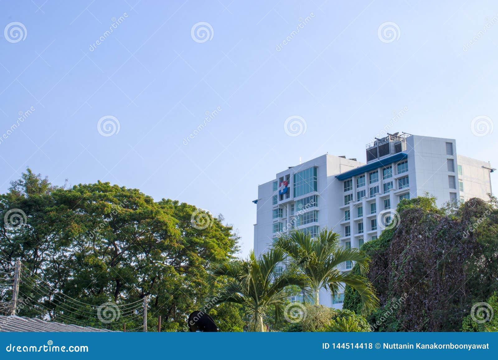 Голубое небо и здание, Chiangmai, Таиланд - 9-ое мая 2019: Здание больницы Бангкока