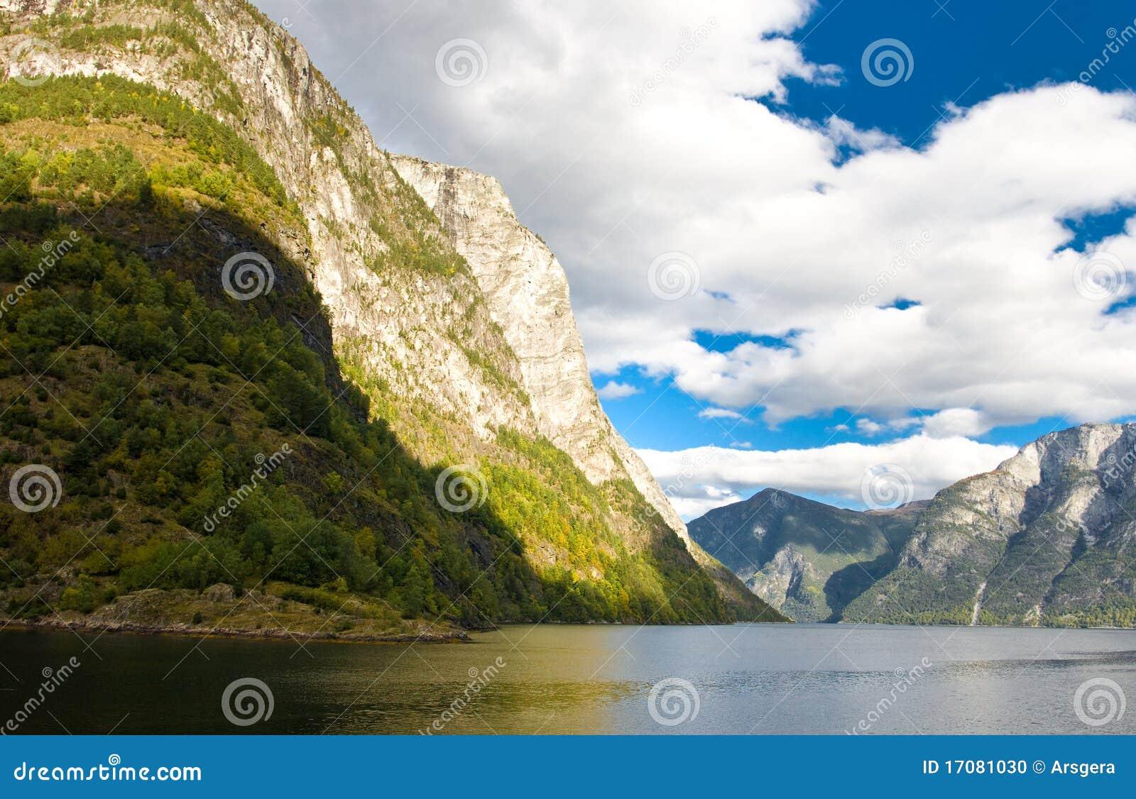 голубое небо норвежца фьордов