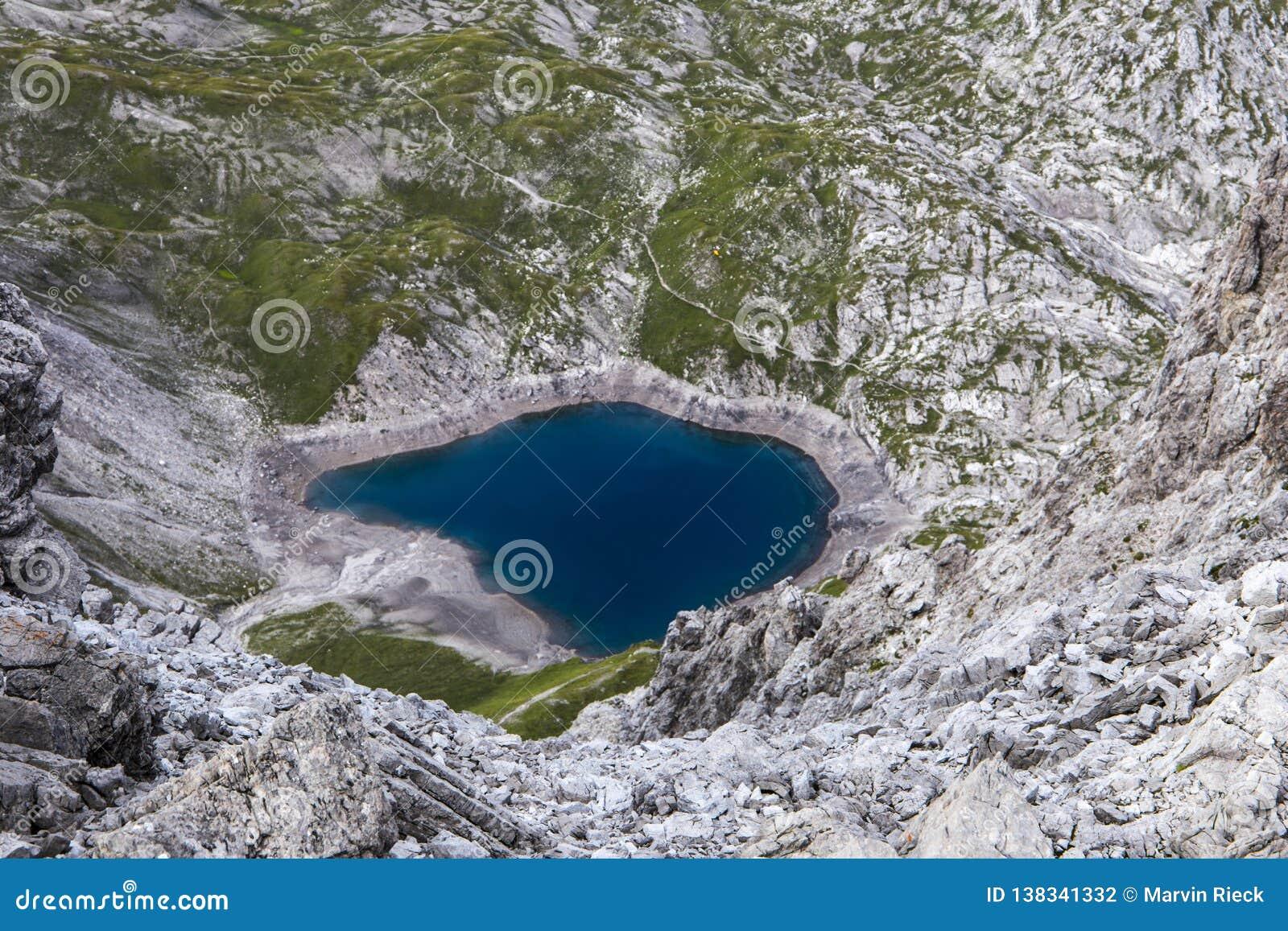 Голубое озеро горы сверху