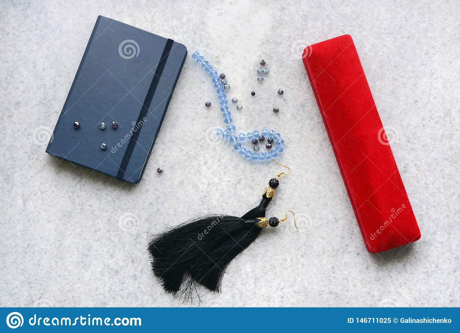 Голубое copebook с красной коробкой