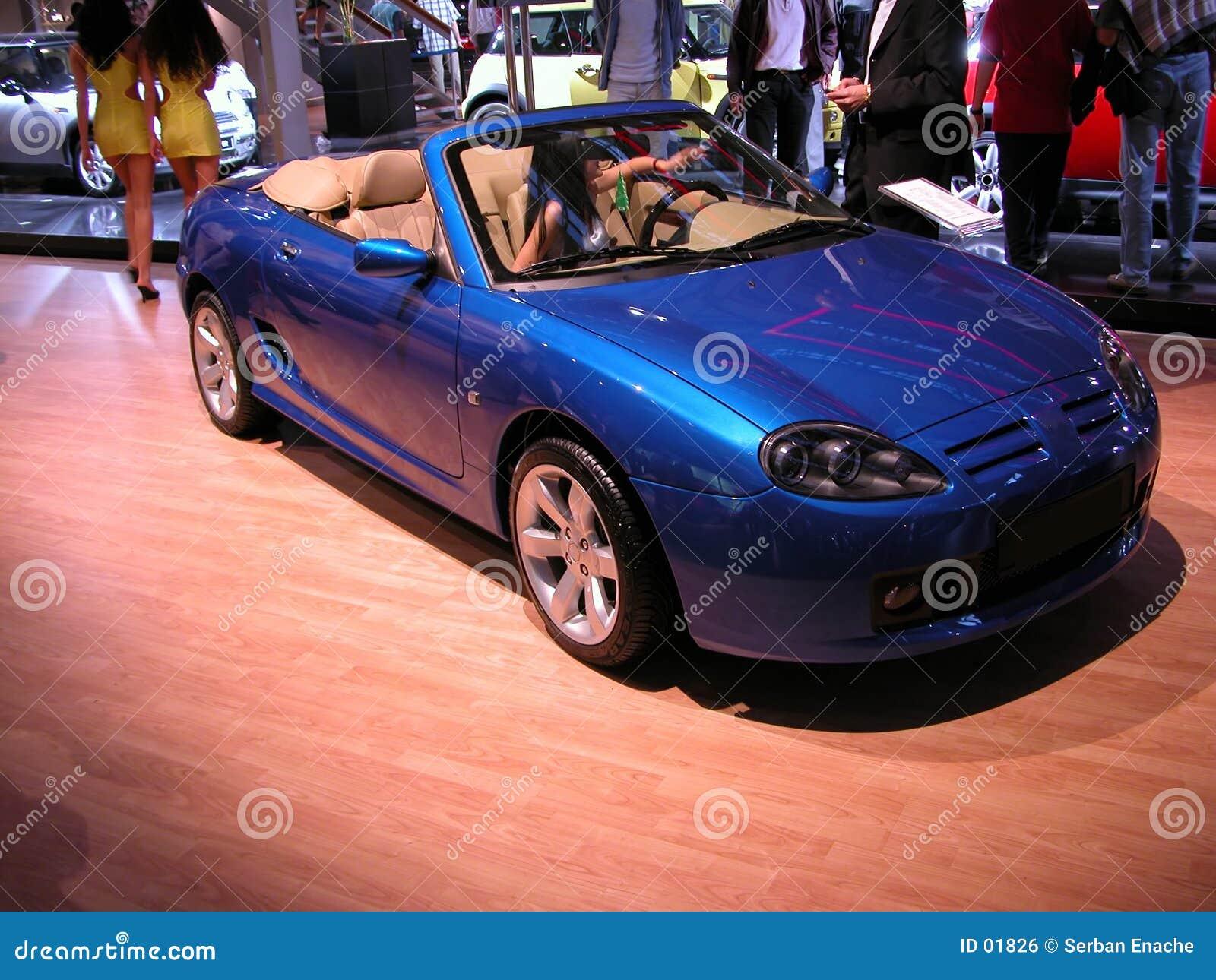голубой автомобиль с откидным верхом