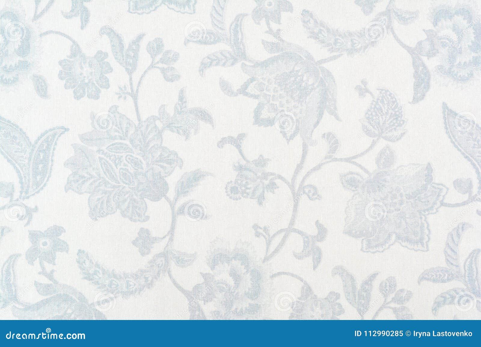 Голубой богато украшенный цветочный узор на белой скатерти хлопка