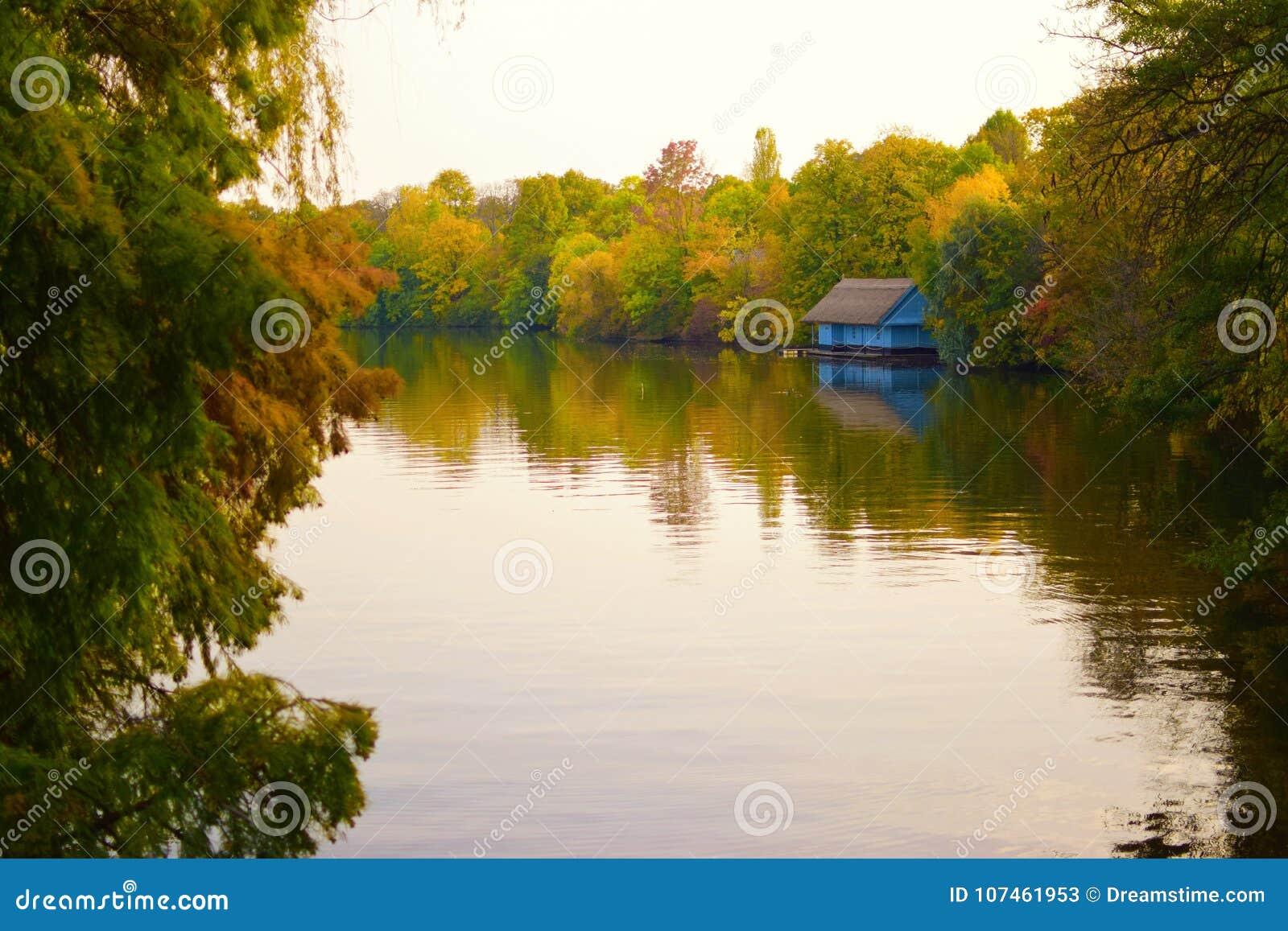 Голубой дом берегом озера
