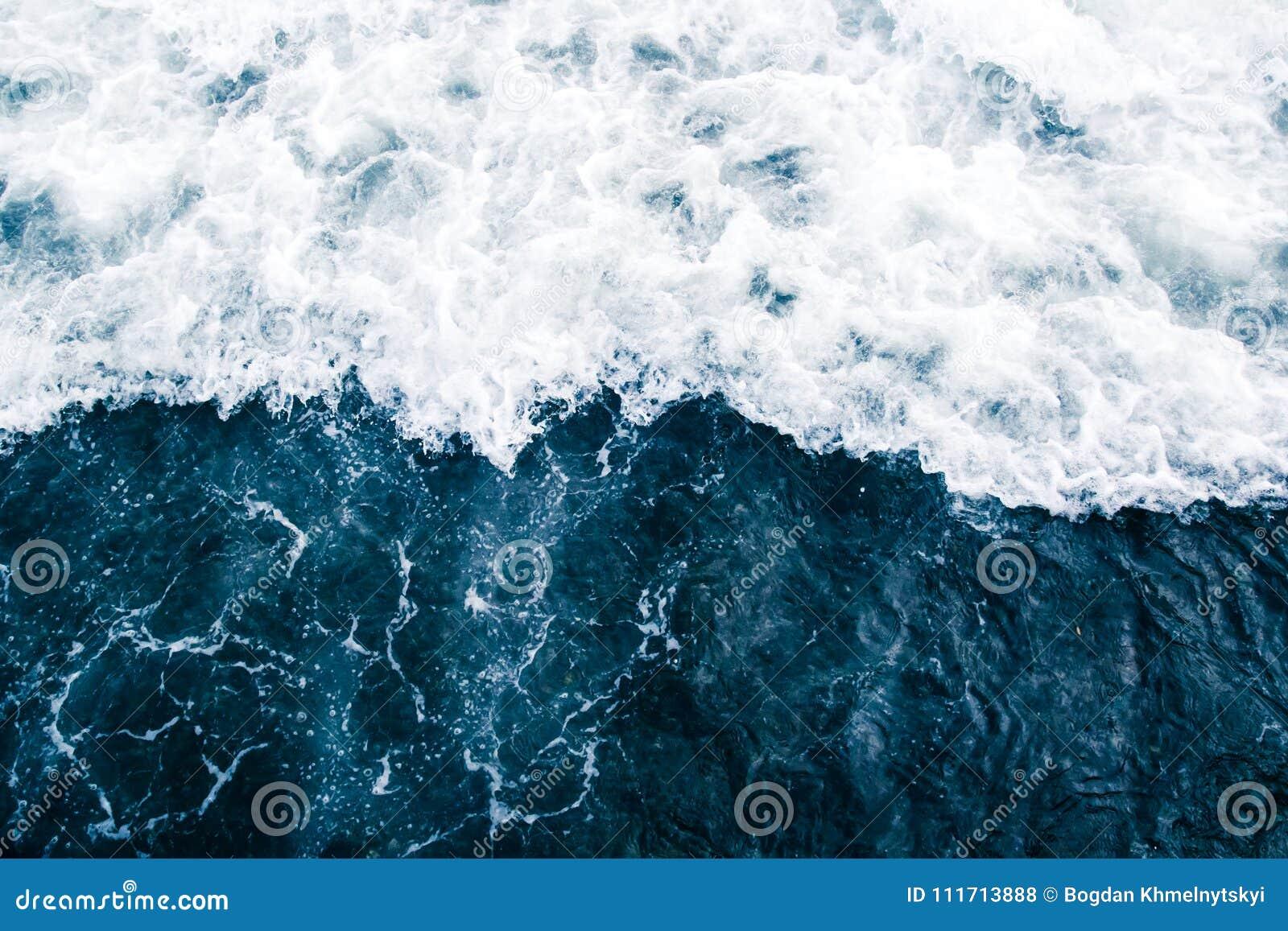 Голубой прибой моря с волнами, выплеском, пеной и бушелем белизны
