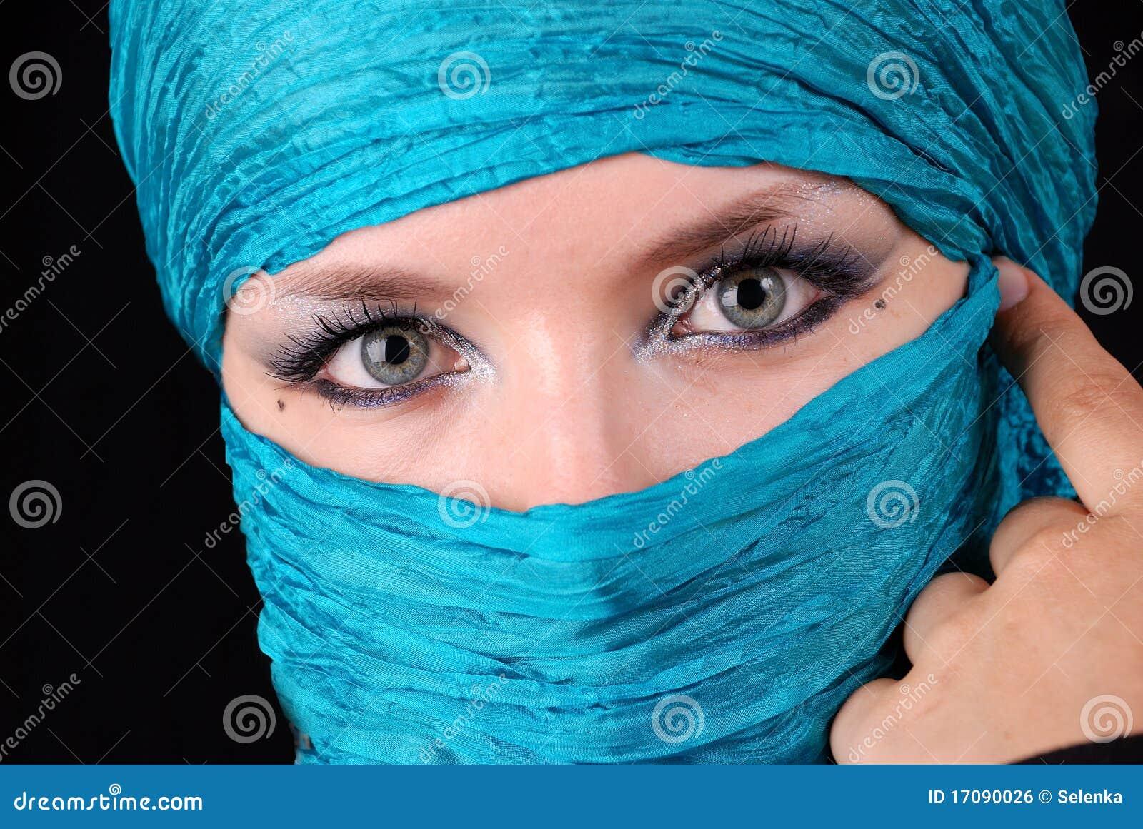 голубые восточные глаза делают s вверх по женщине