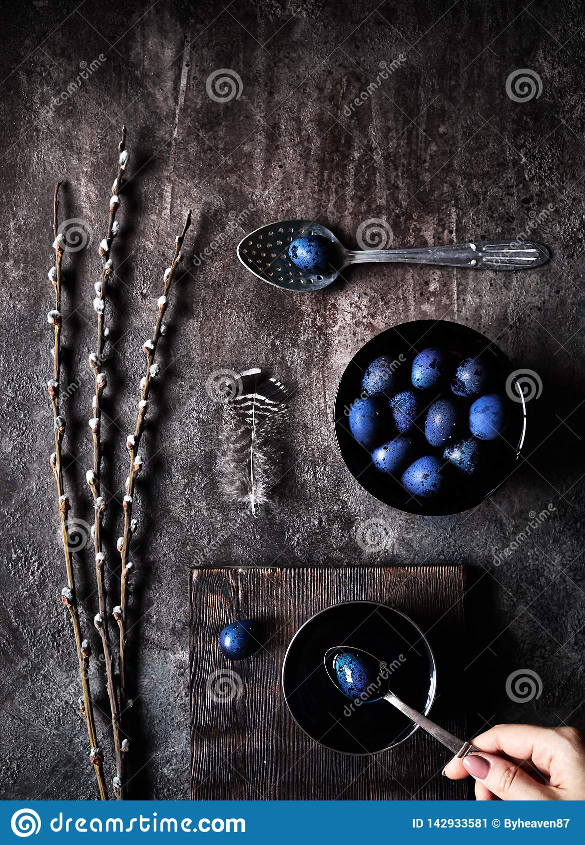 Голубые пасхальные яйца и верба