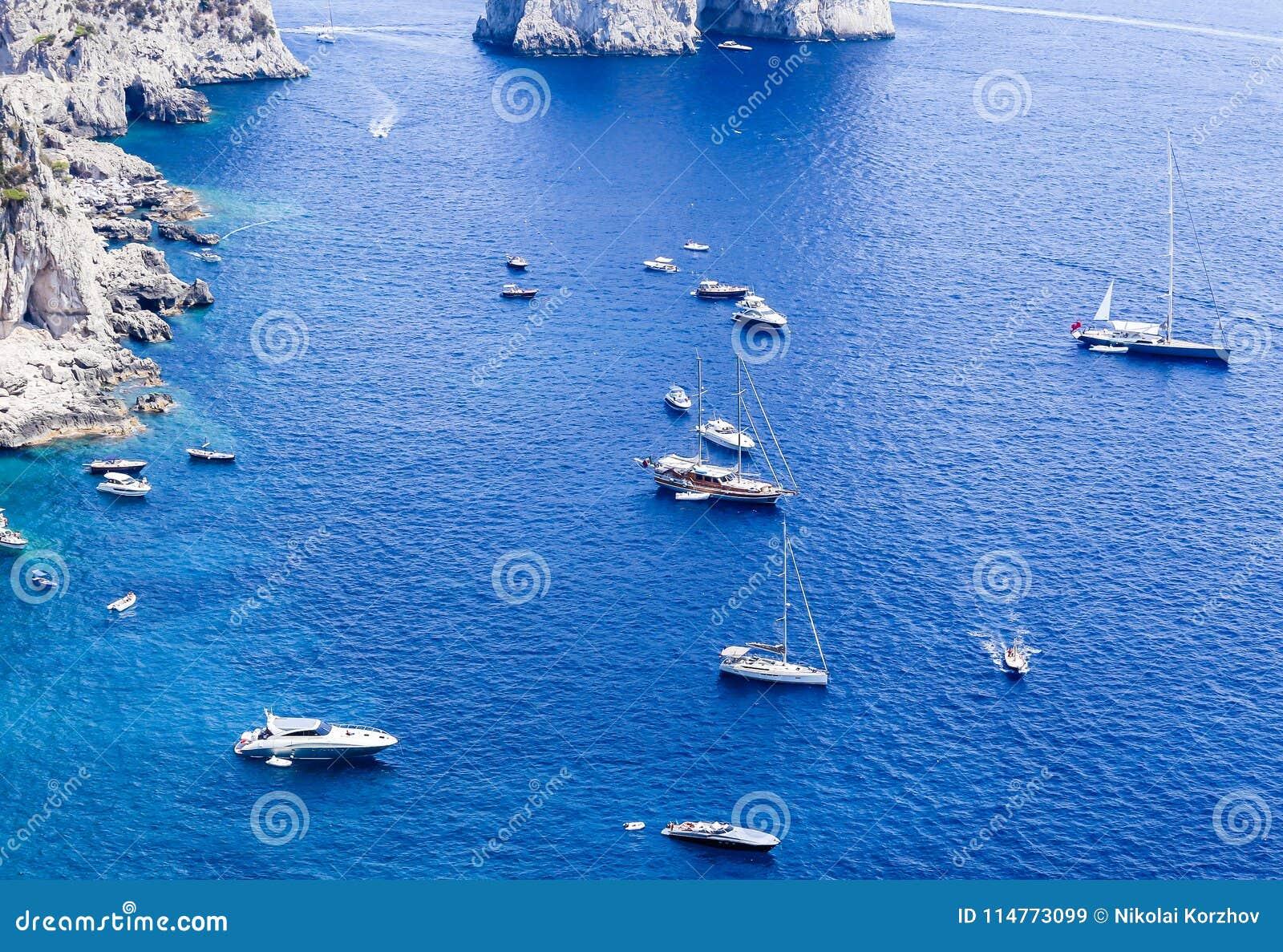 Голубые шлюпки моря и отдыха увиденные от от садов Augustus