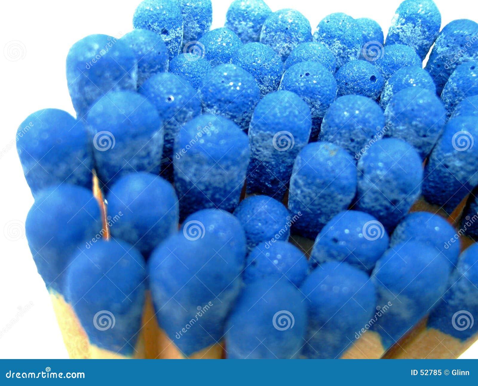 голубым спички изолированные пуком
