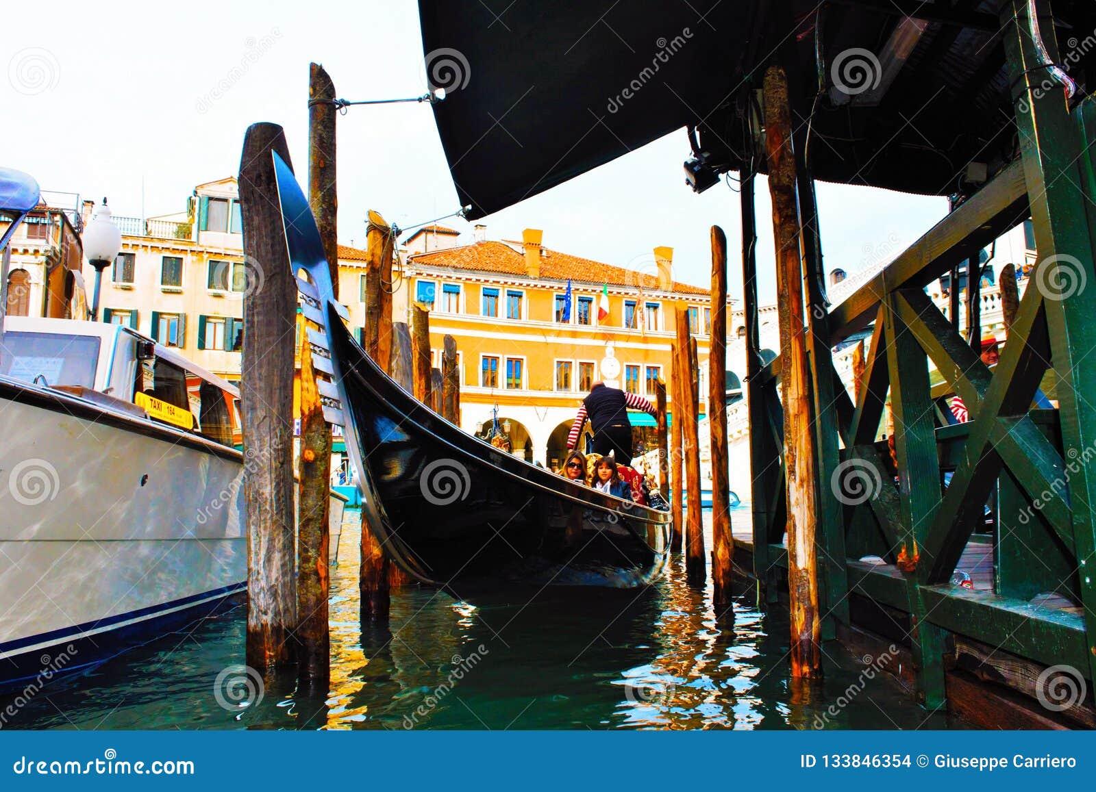 гондола причаленная в Венеции, гондола, половинный венецианский историк