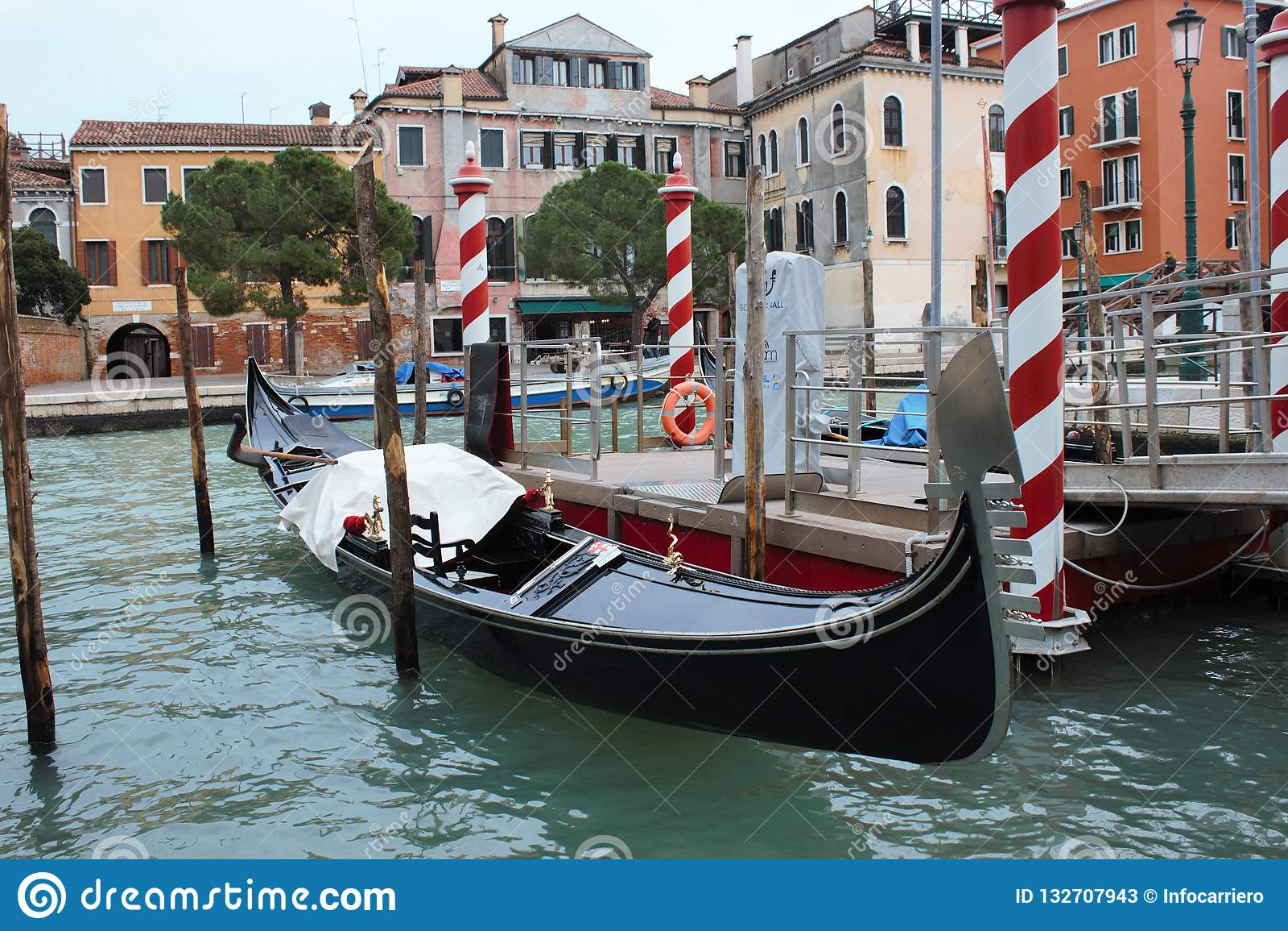 гондола причаленная в Венеции