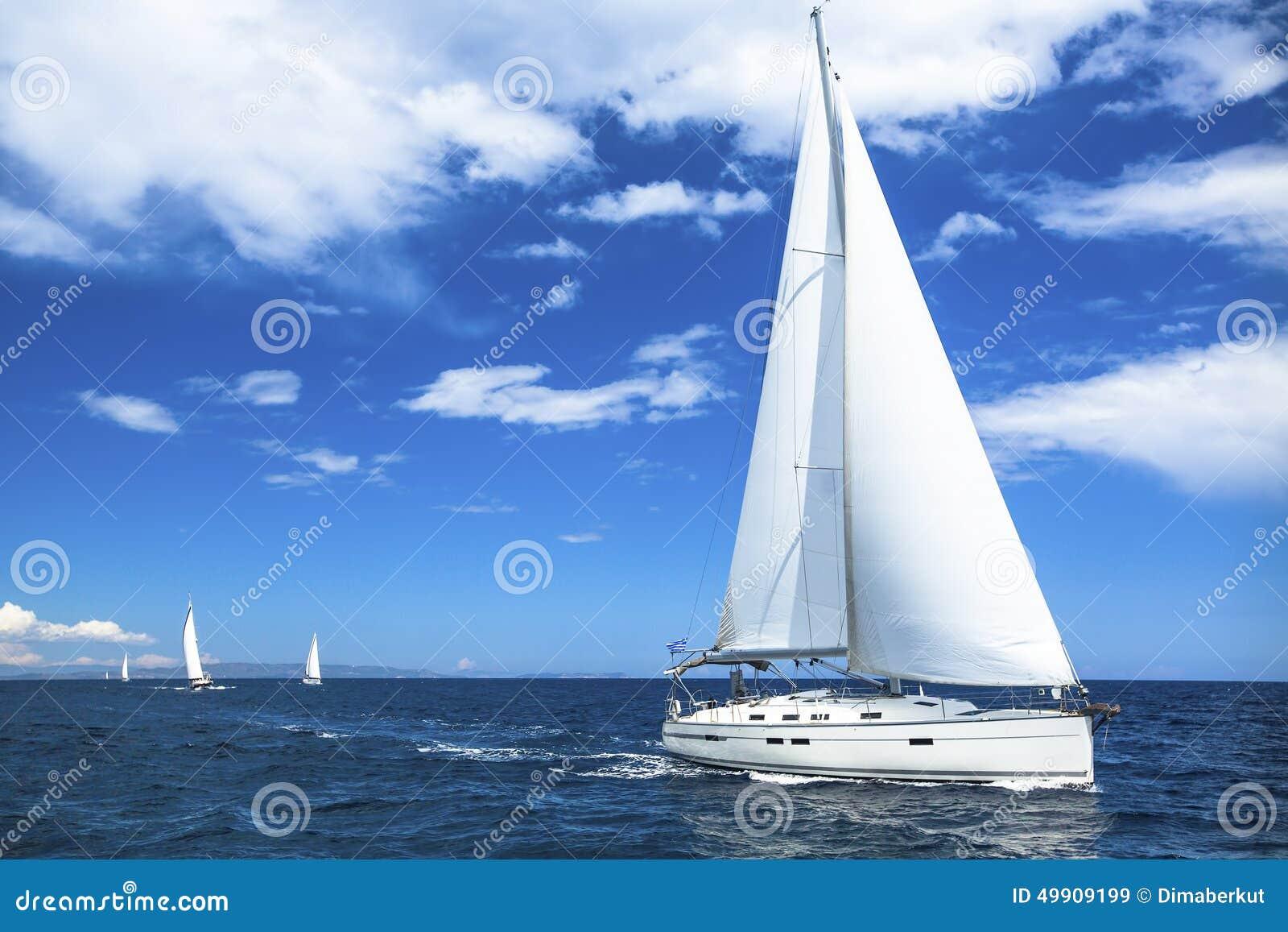 Гонка регаты яхты или ветрила парусника на море открытого моря Спорт