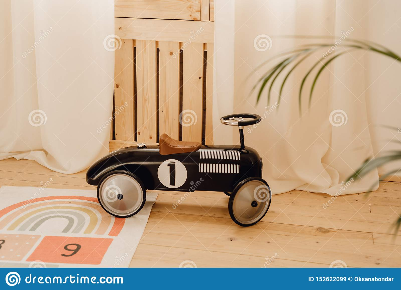 Гоночный автомобиль ребенка игрушки старого стиля в игровой комнате