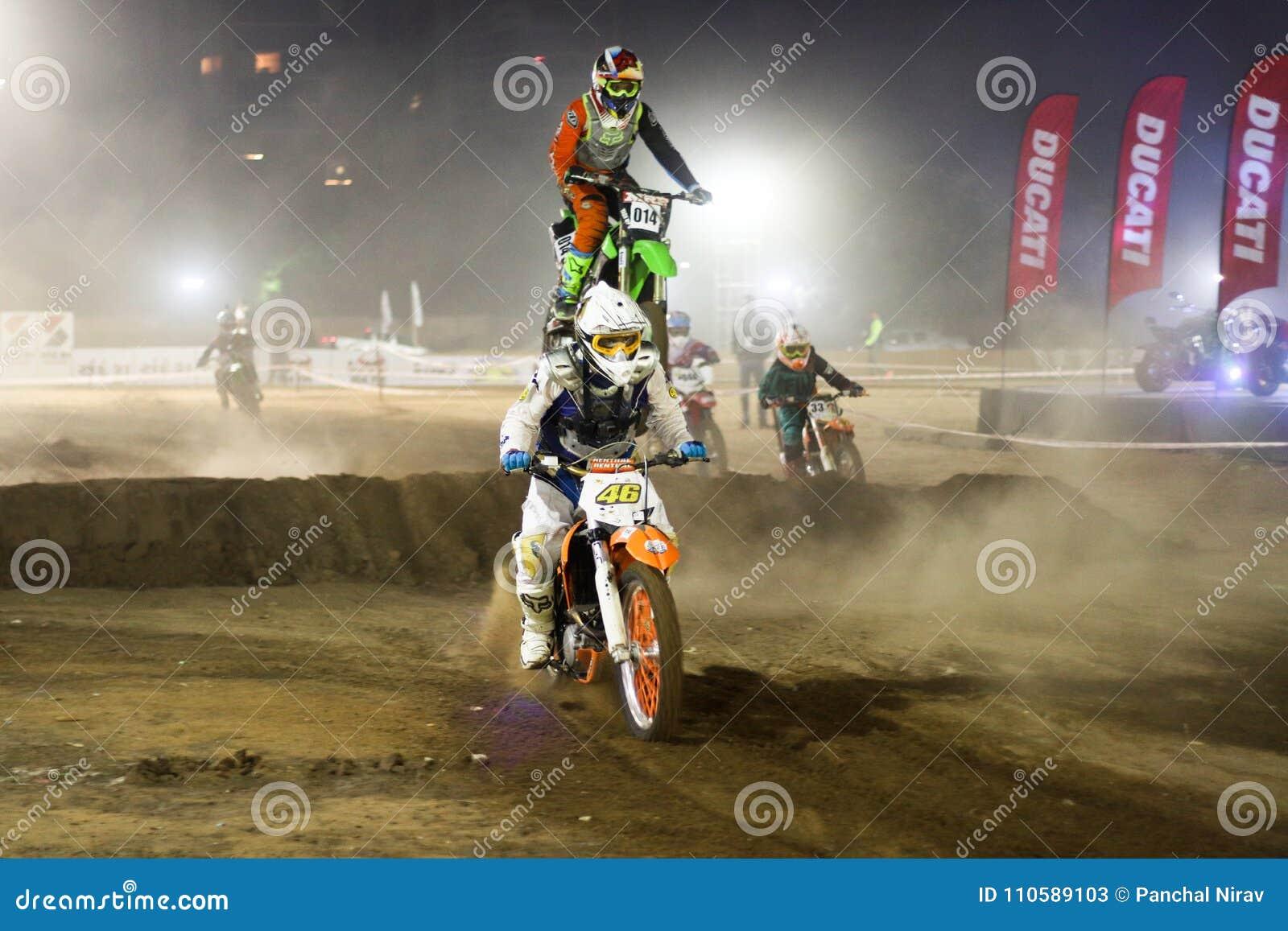 Гонщик Индия велосипеда грязи скачки