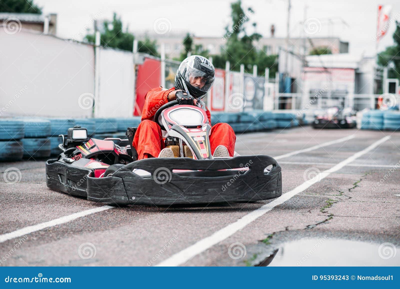 Гонщик Karting в действии, идет конкуренция kart