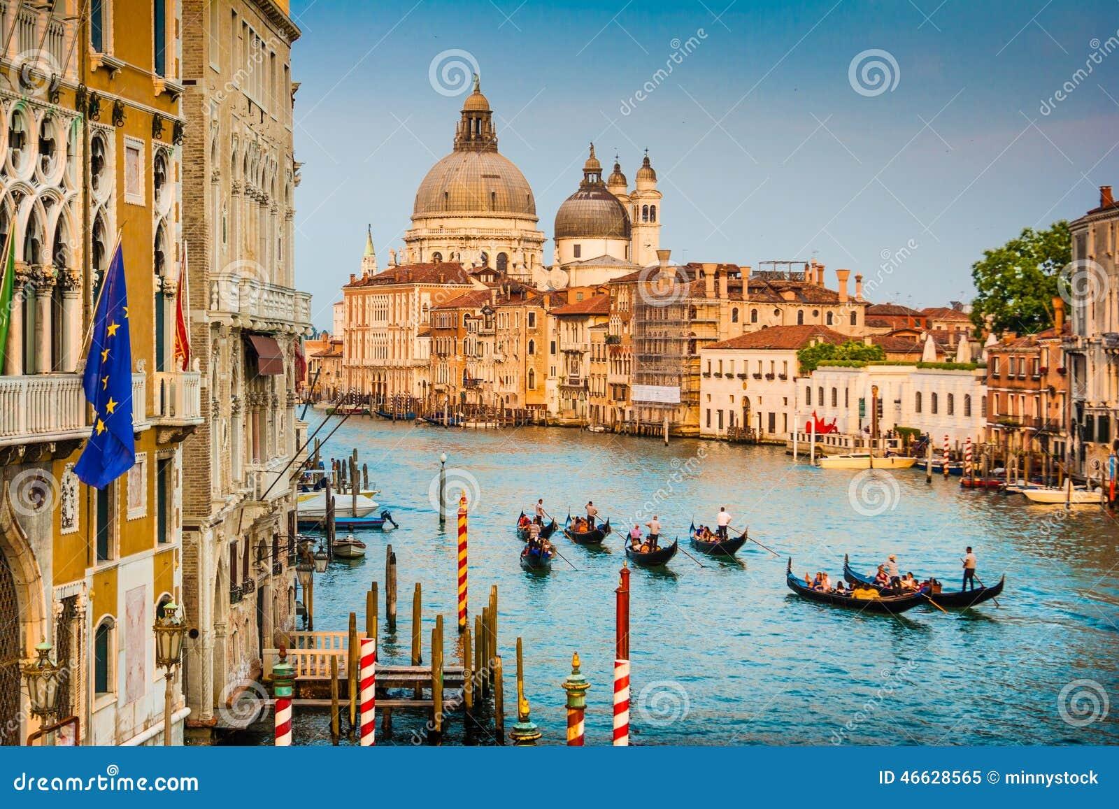 Гондолы на канале большом на заходе солнца, Венеции, Италии