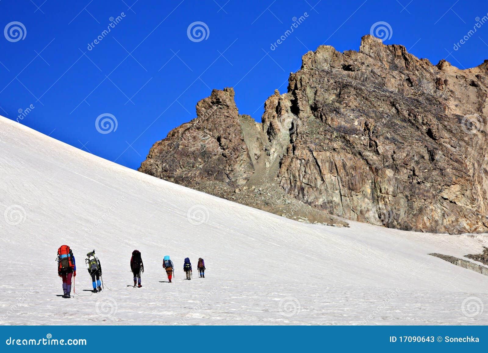 гора альпинистов снежная