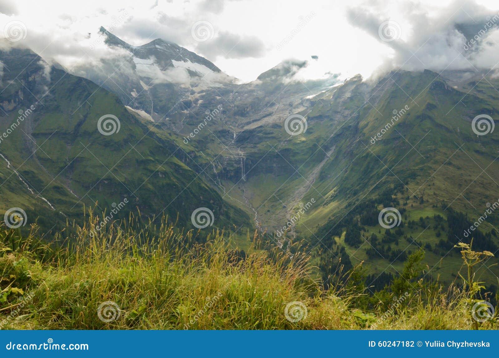 Гора Альпов лета, взгляд от дороги Grossglockner высокой высокогорной