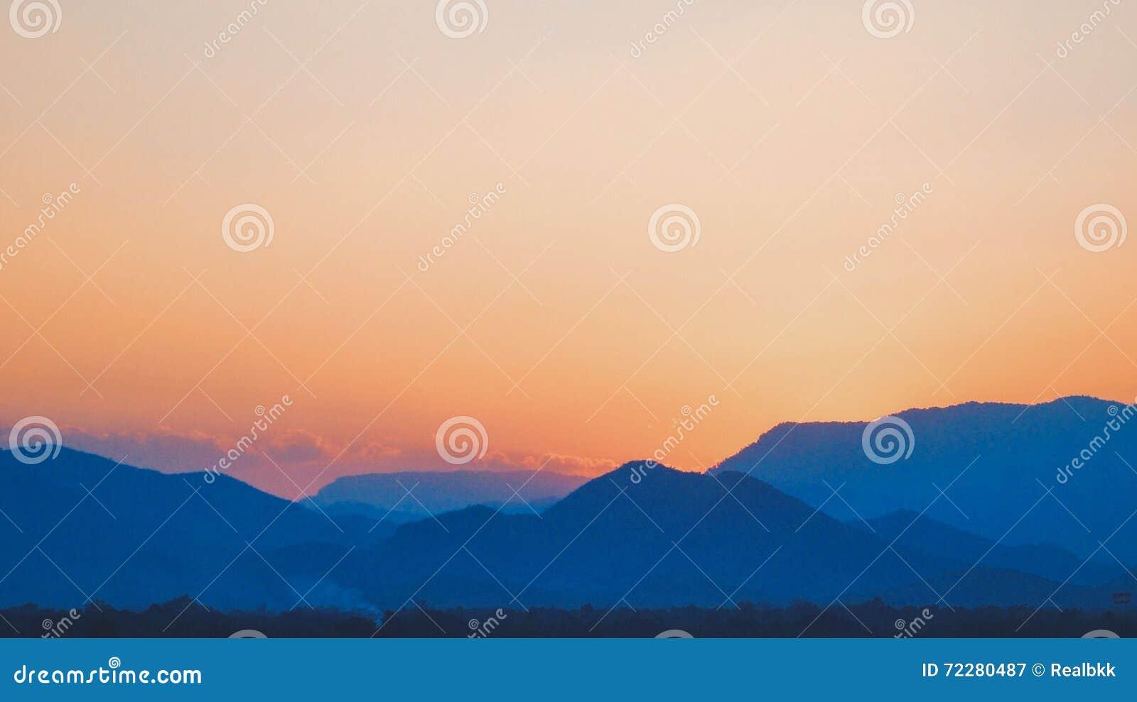 Download Гора вечера стоковое изображение. изображение насчитывающей sunrise - 72280487