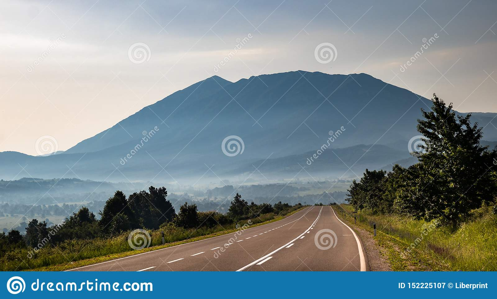 Гора в утре и туман под верхней частью