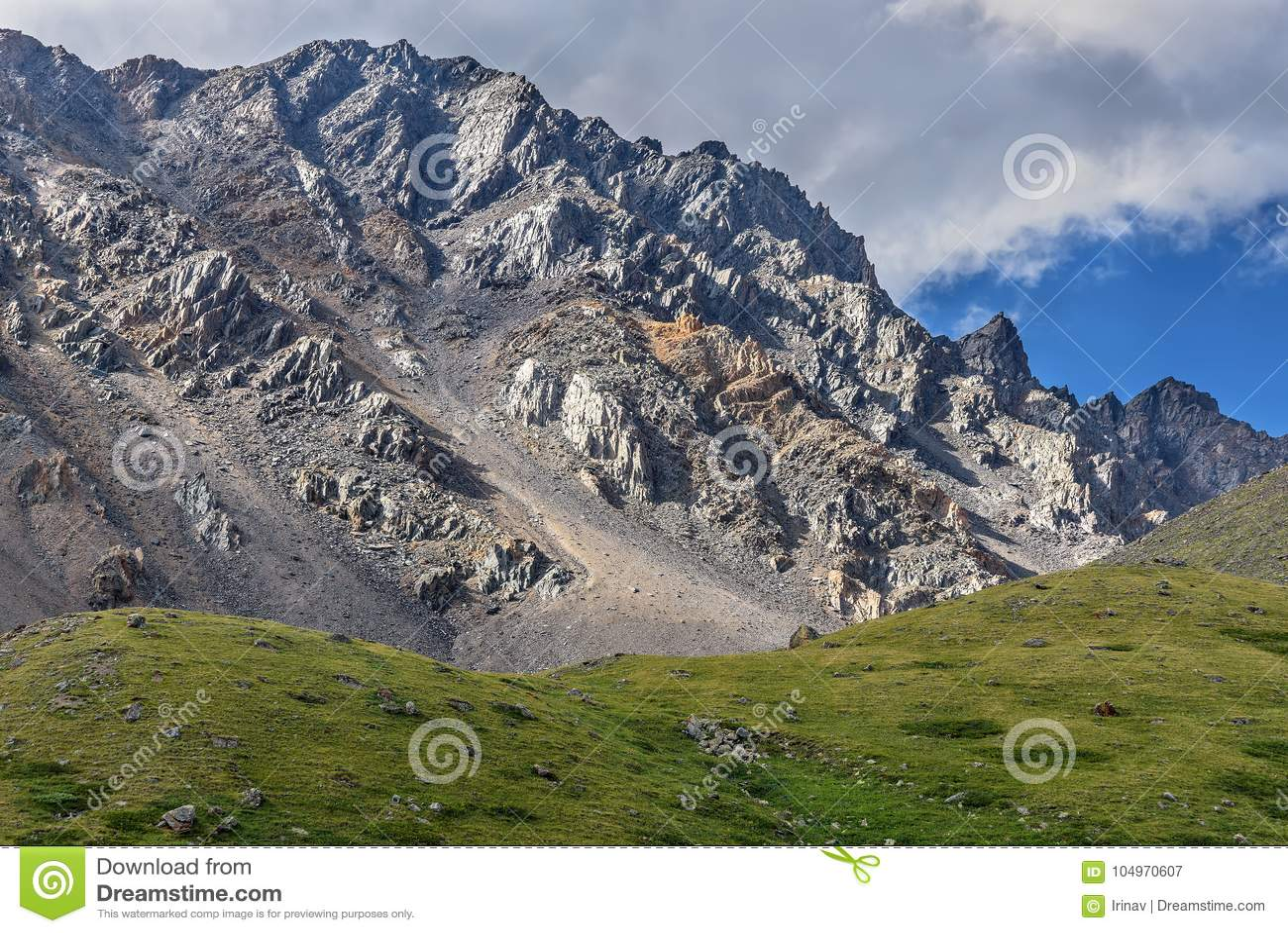 Гора заволакивает наклон пика утеса