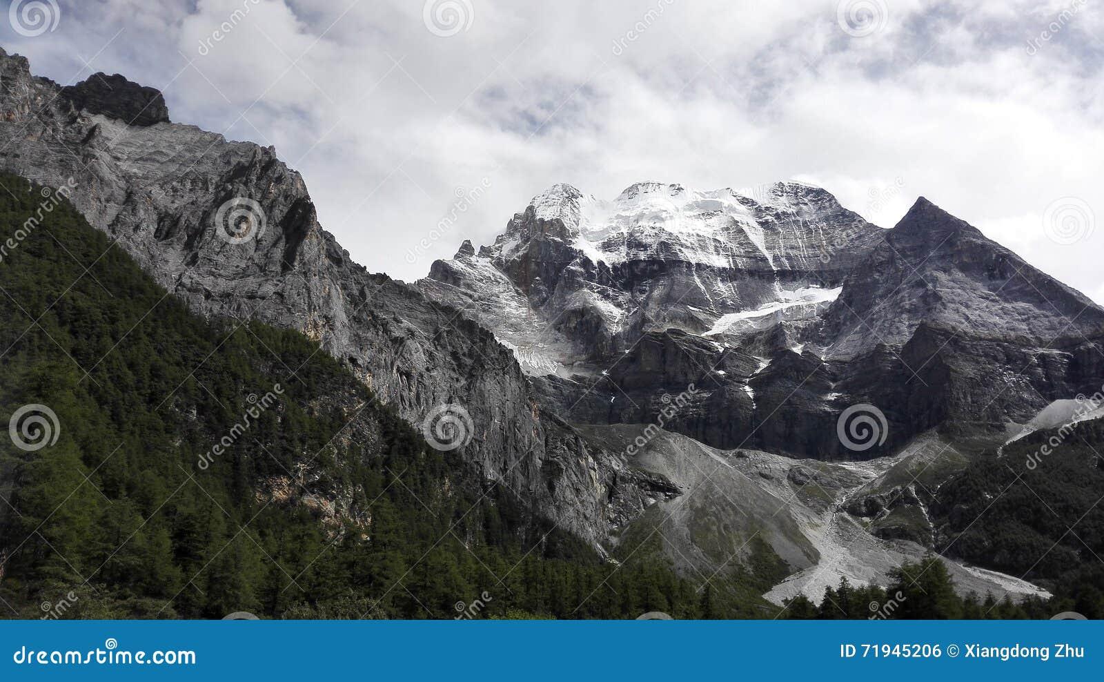 Гора и ледник снега