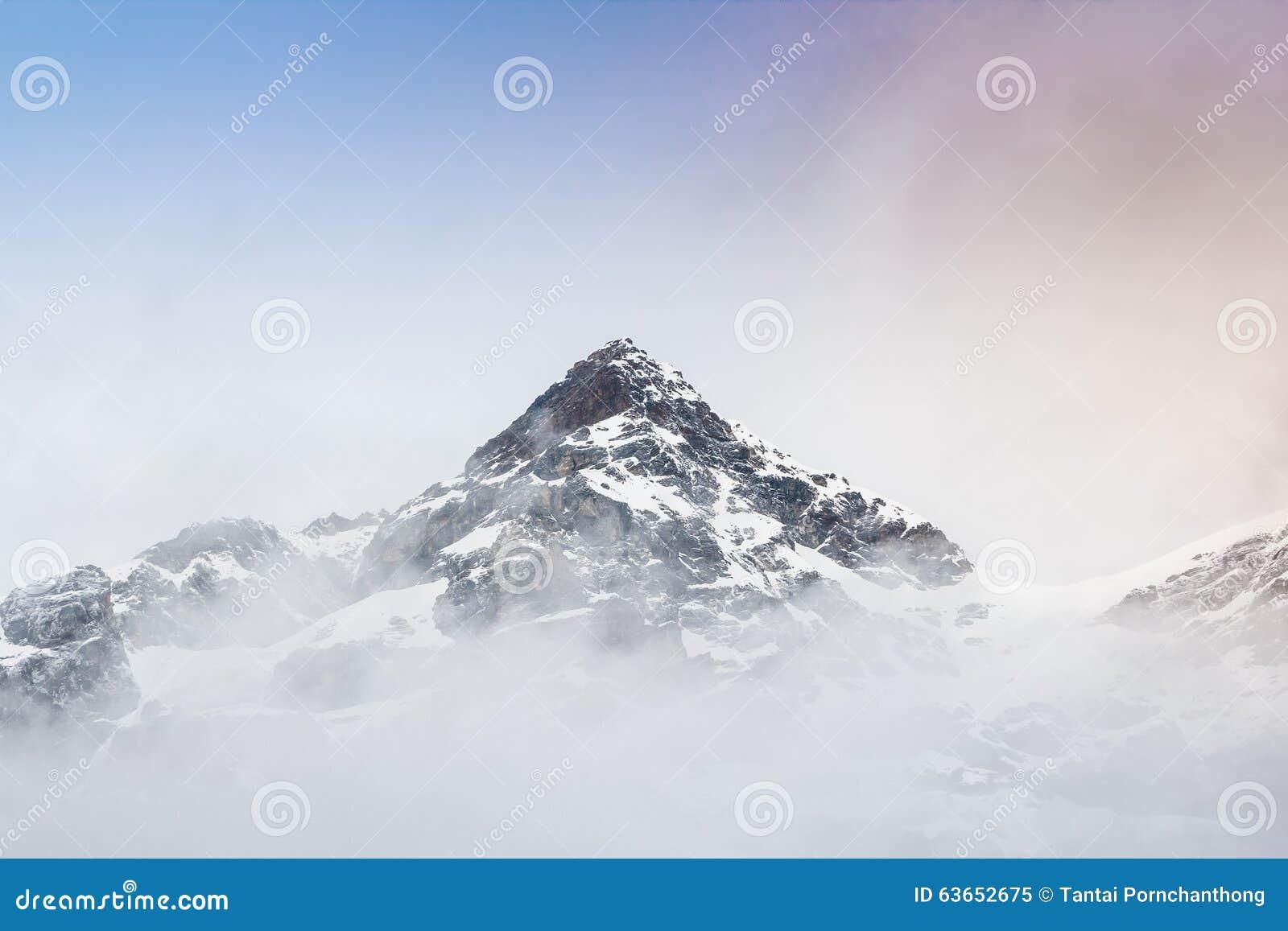 Гора снега с туманом