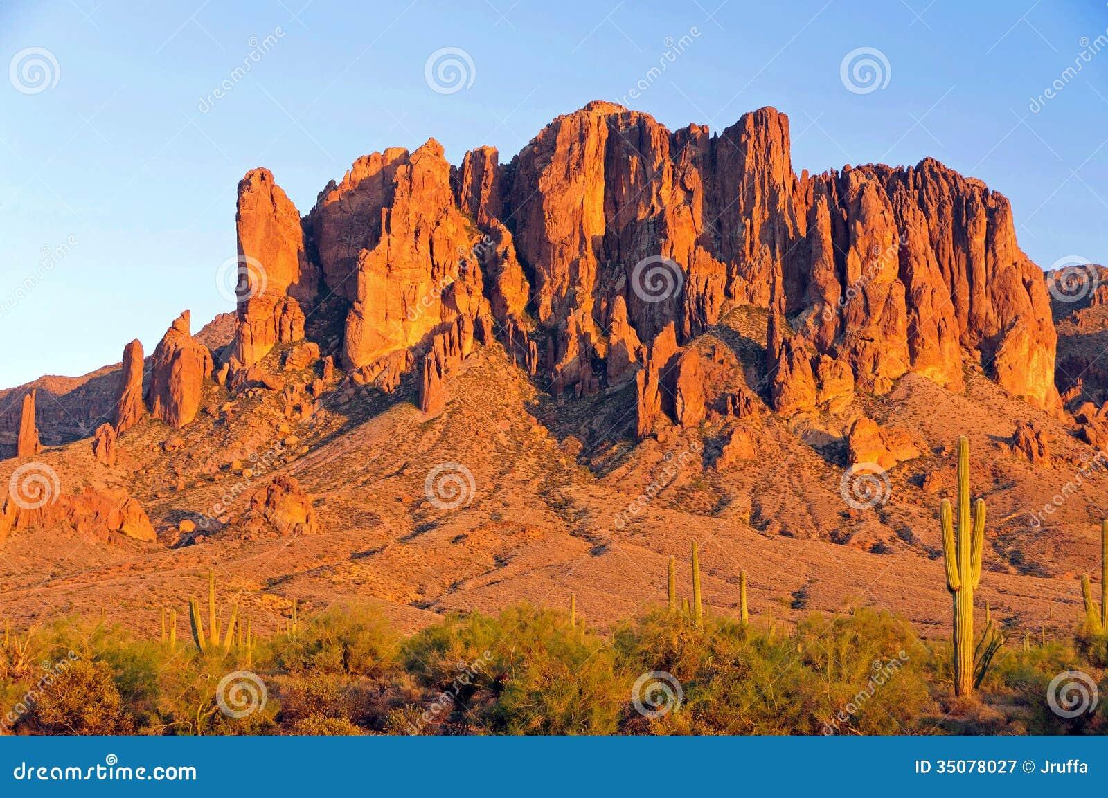 Гора суеверия в пустыне Аризоны