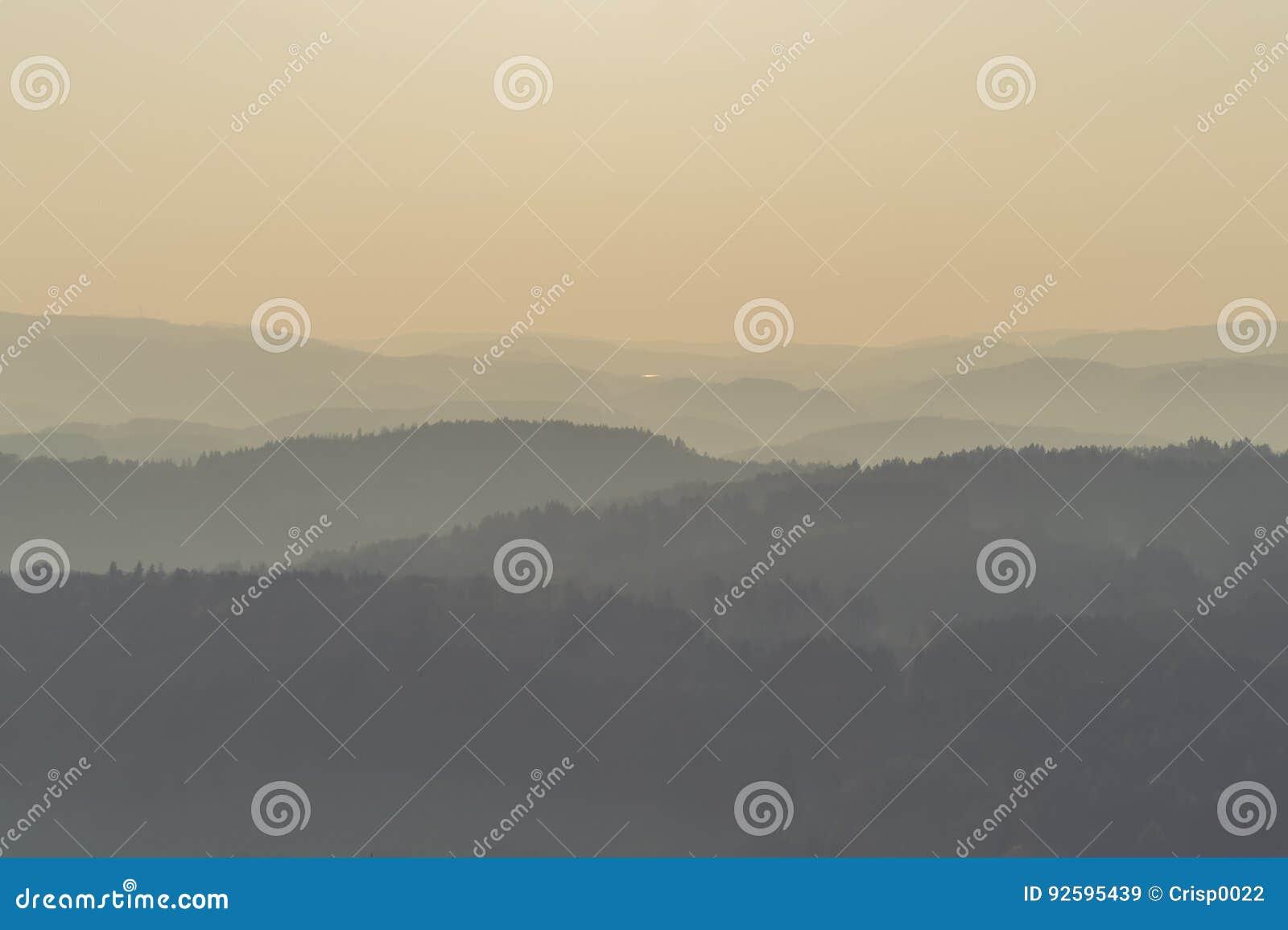 гора холмов туманная