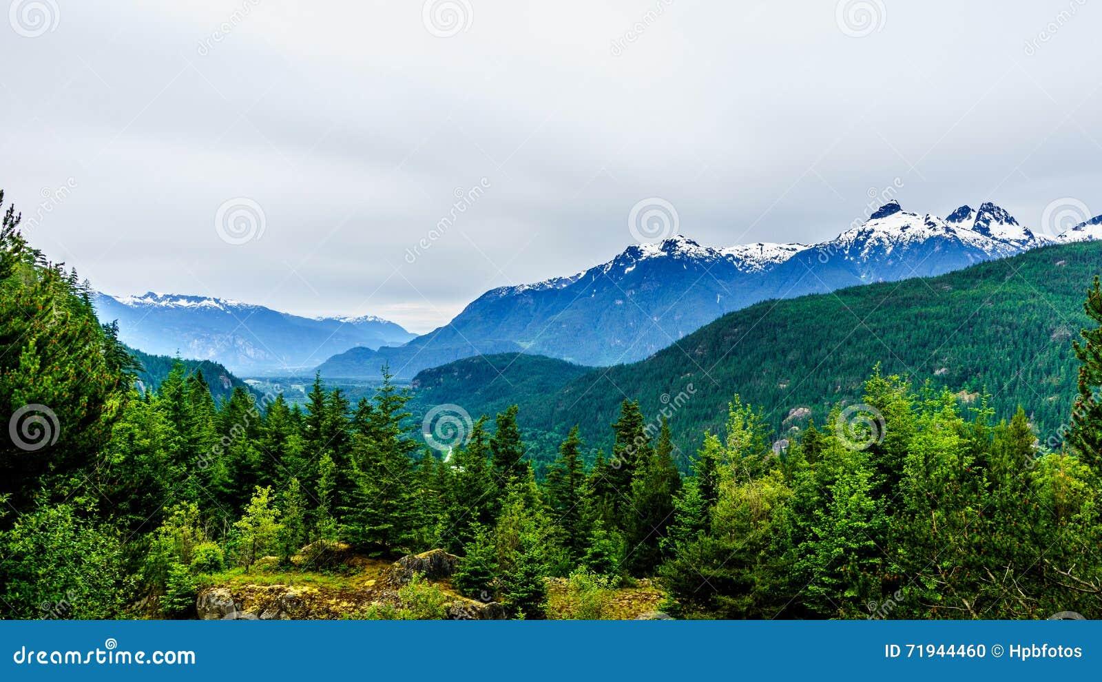 Гора Serratus в горах Coastl Британской Колумбии