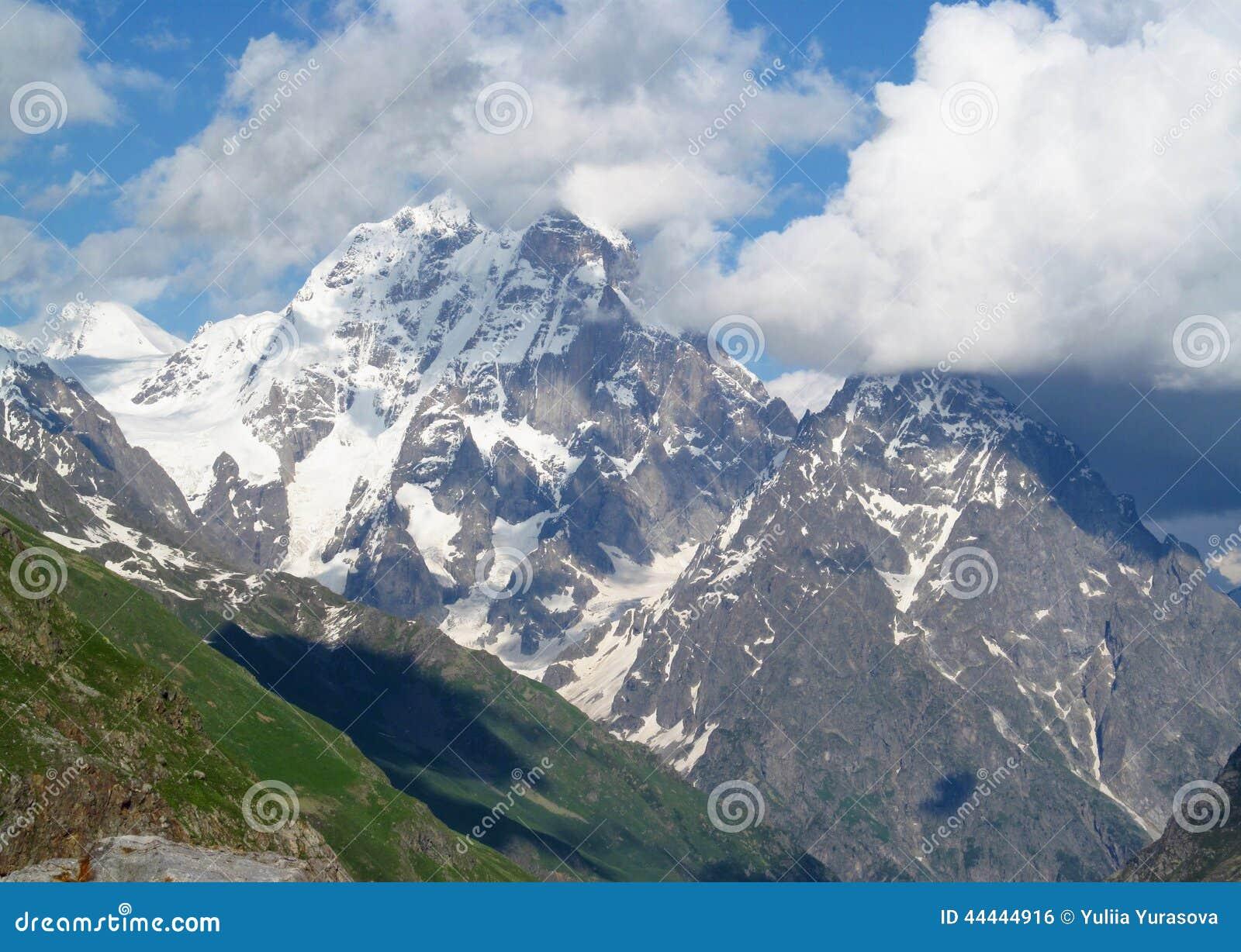 Гора Ushba, скалистые пики и камни с снегом в кавказских горах в Georgia