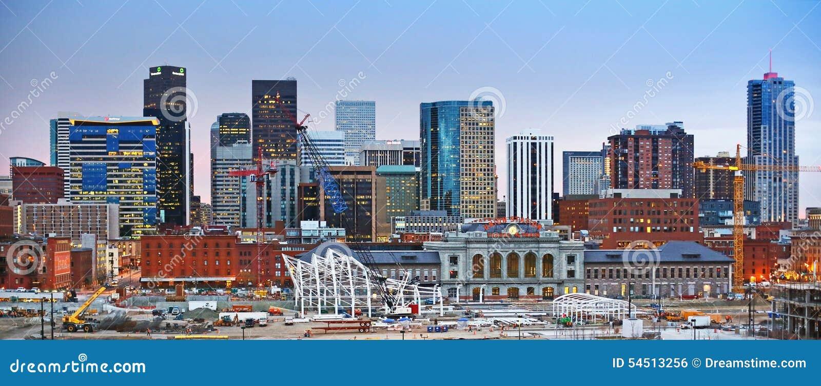 Горизонт Денвера Колорадо городской на заходе солнца