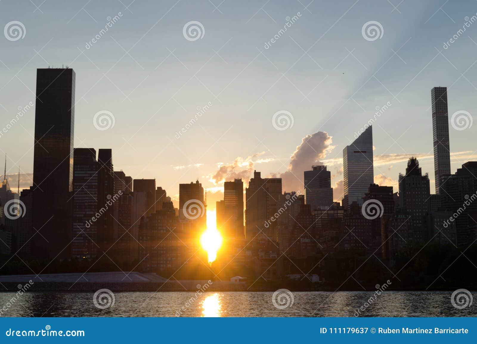 Горизонт Ист-Сайд центра города Манхаттана на заходе солнца