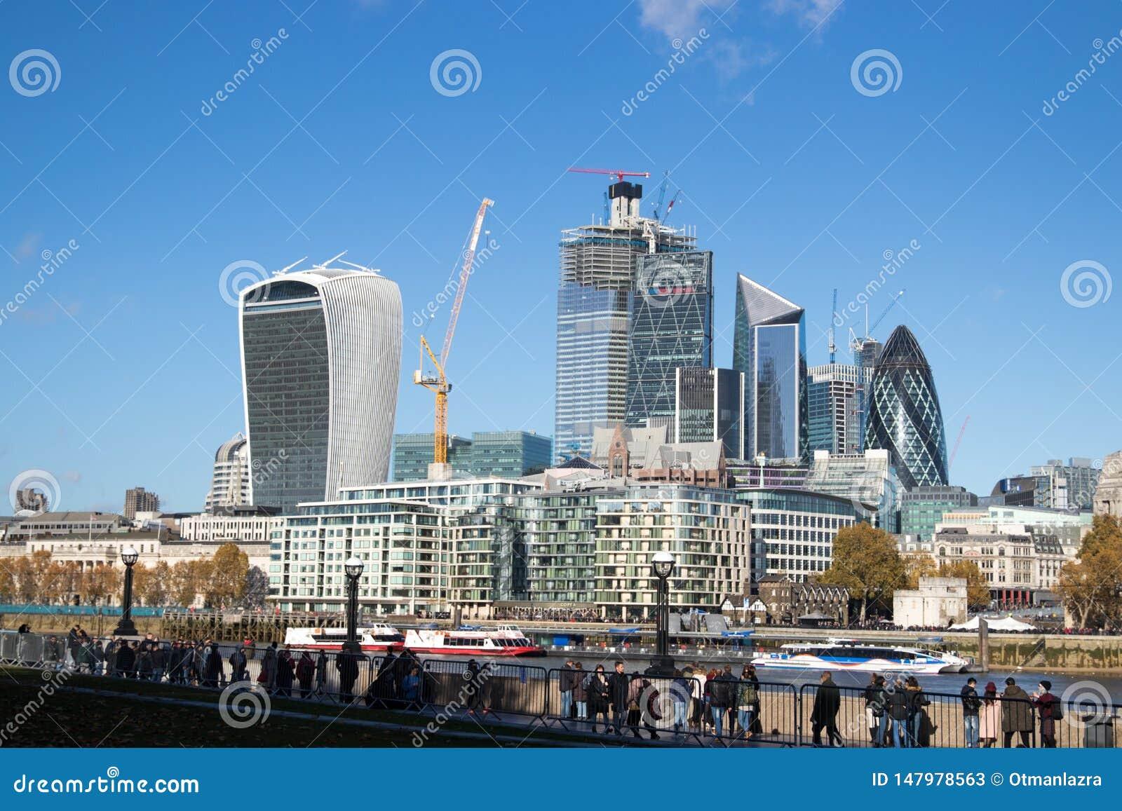 Горизонт Лондона над финансовым центром
