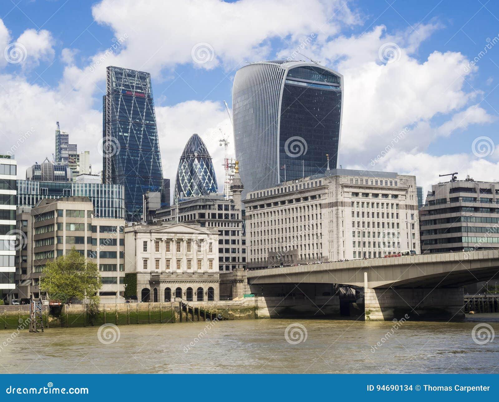 Горизонт Лондона около моста Лондона