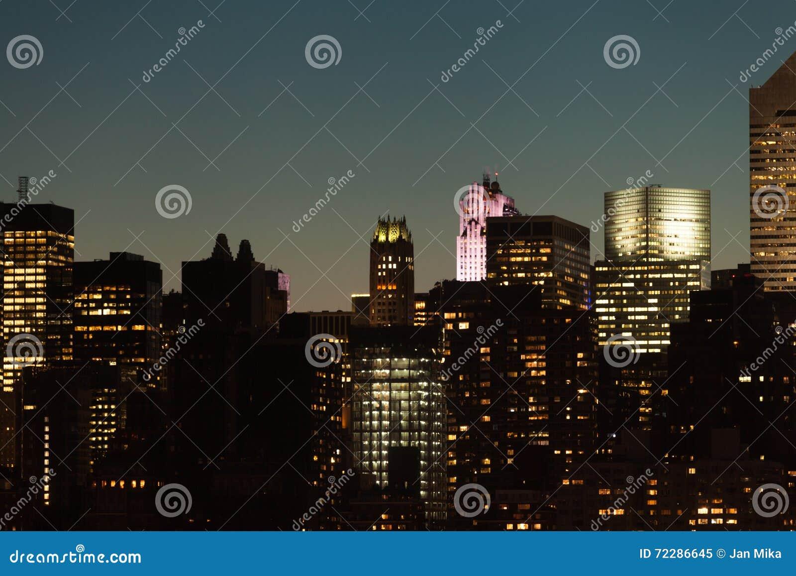 Download Горизонт Манхаттана во время сумерк в Нью-Йорке Стоковое Изображение - изображение насчитывающей nightlife, manhattan: 72286645