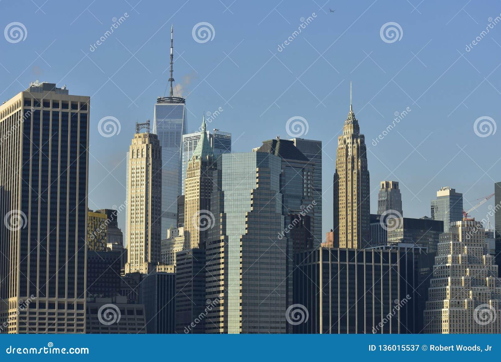 Горизонт Нью-Йорка городской на портовом районе