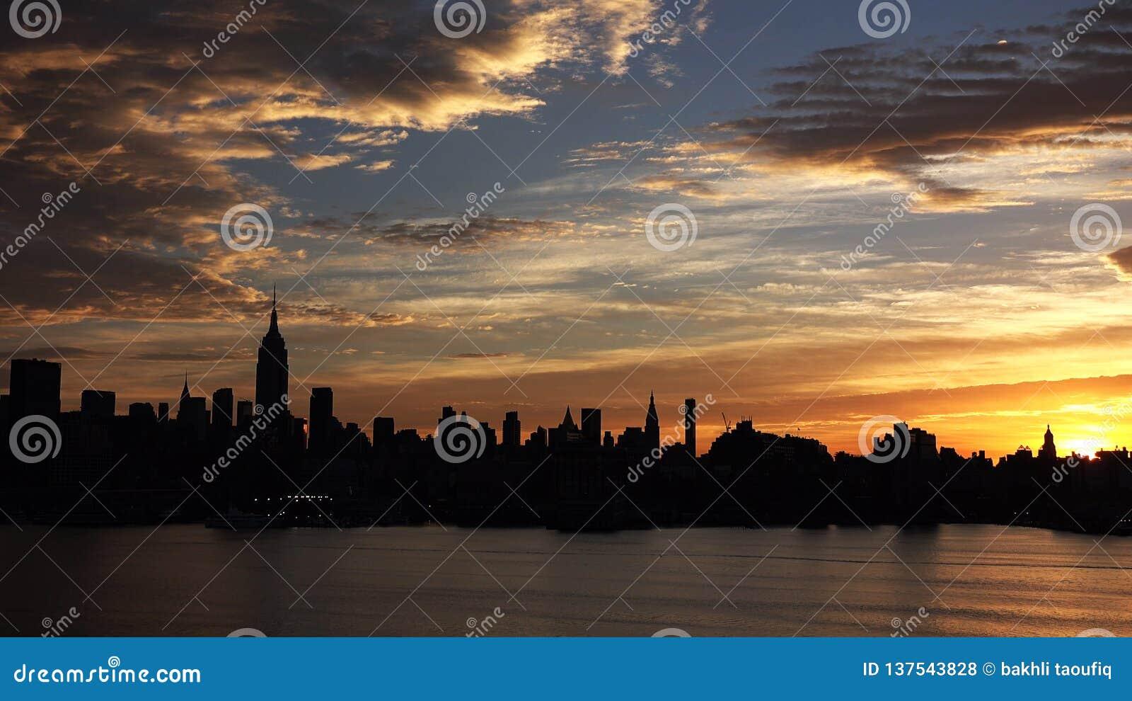 Горизонт Нью-Йорка с городскими небоскребами на заходе солнца HD