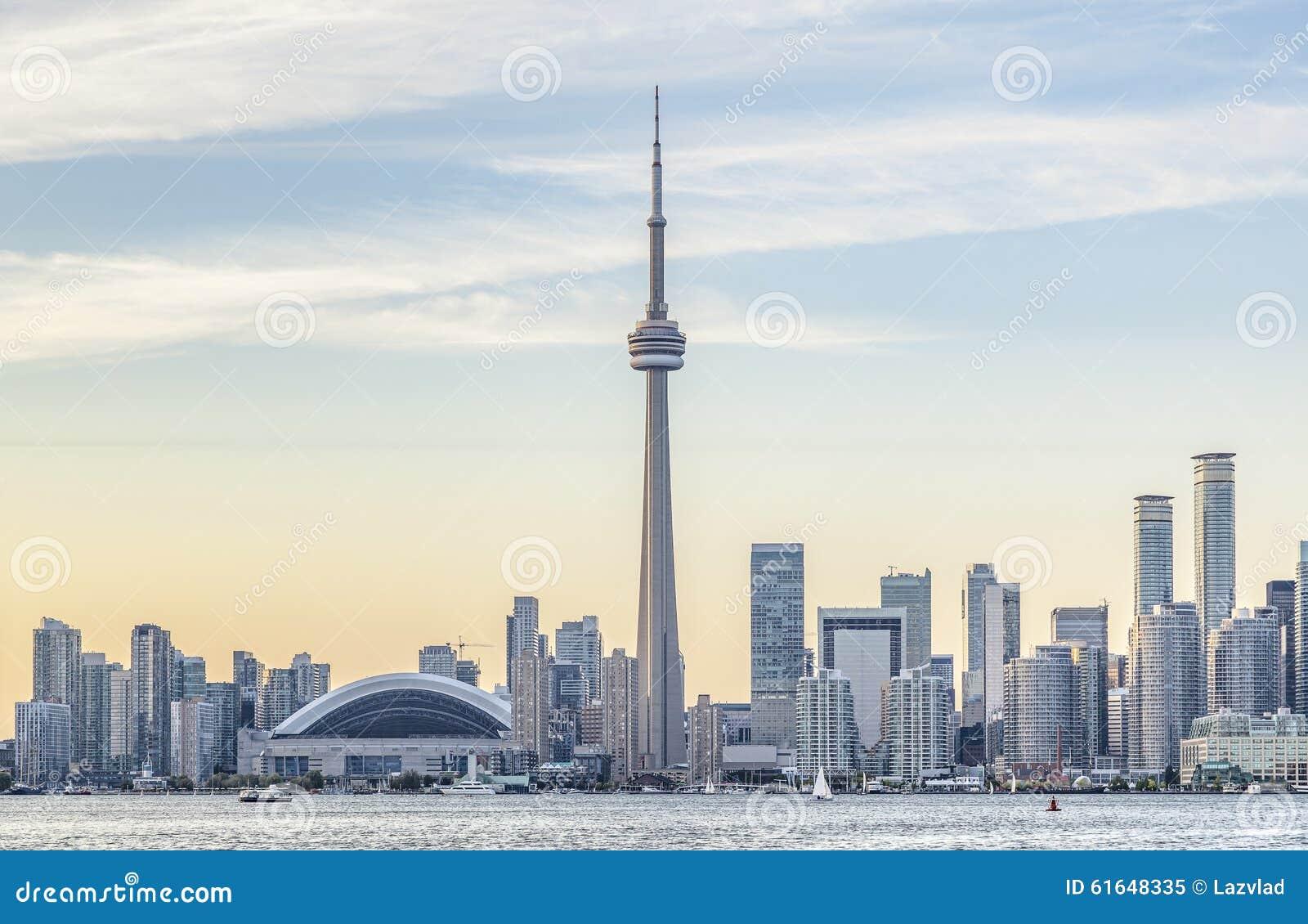Горизонт Торонто и CN возвышаются на заходе солнца