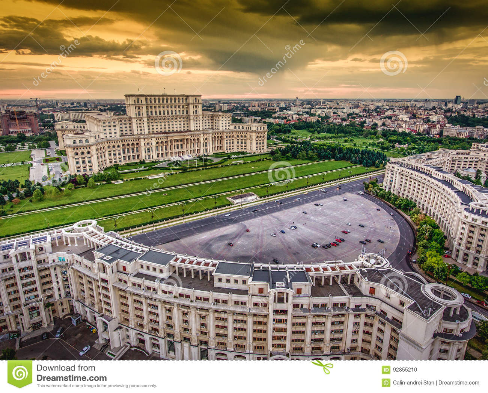 Горизонт центра города Бухареста Румынии на заходе солнца