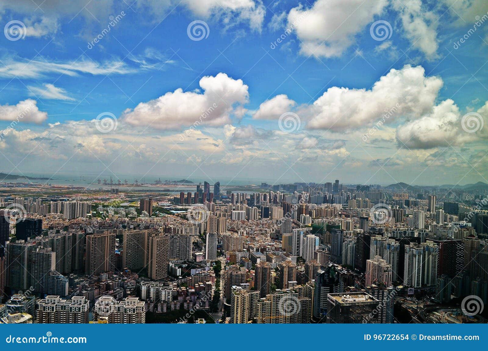 Горизонт Шэньчжэня с облачным небом