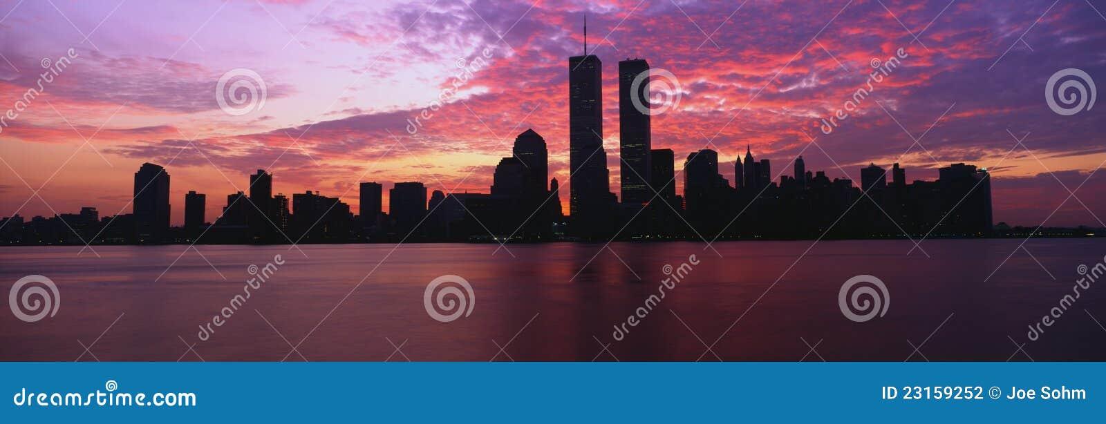 Горизонт New York с башнями мировой торговли
