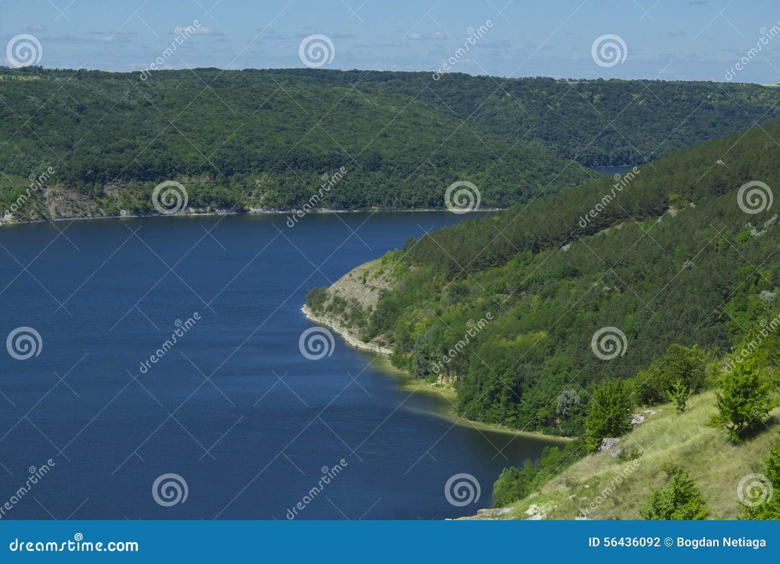 Гористый речной берег
