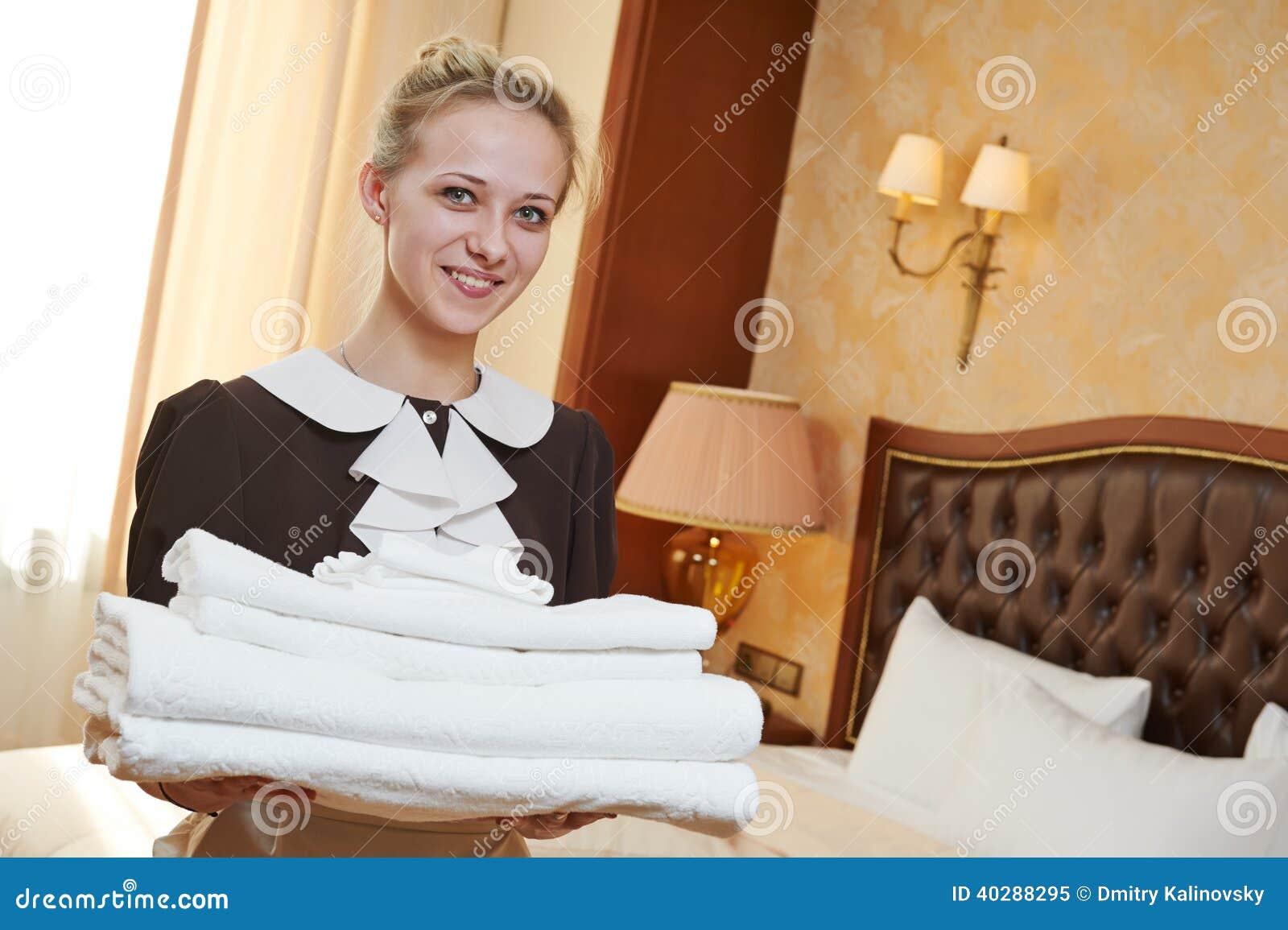 Горничная на обслуживании гостиницы