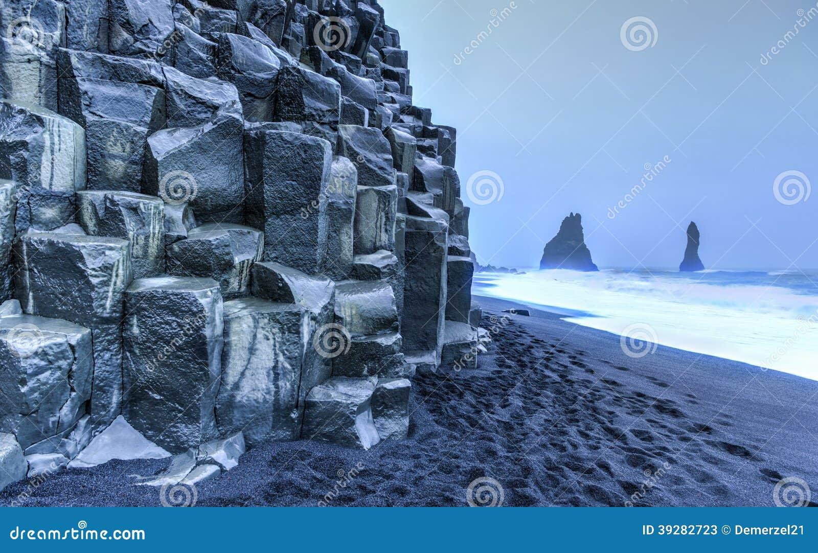 Горные породы Reynisdrangar на пляже Reynisfjara