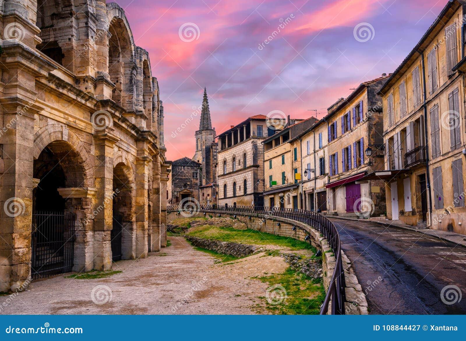 Городок Arles старый и римский амфитеатр, Провансаль, Франция
