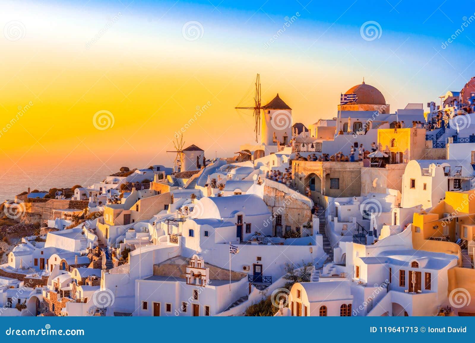 Городок Oia, остров Santorini, Греция на заходе солнца Традиционный и fa