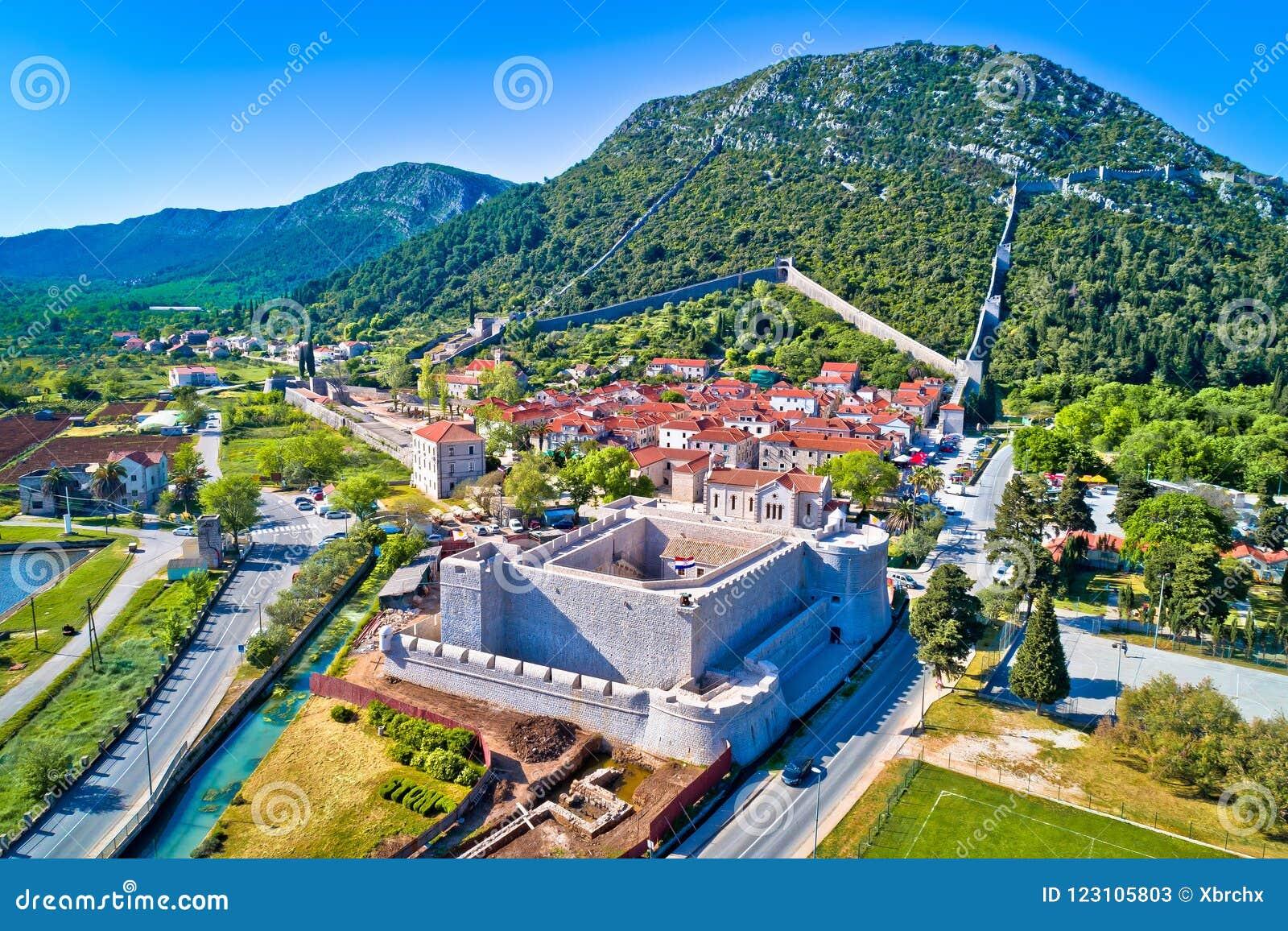 Городок Ston и исторического вида с воздуха стен