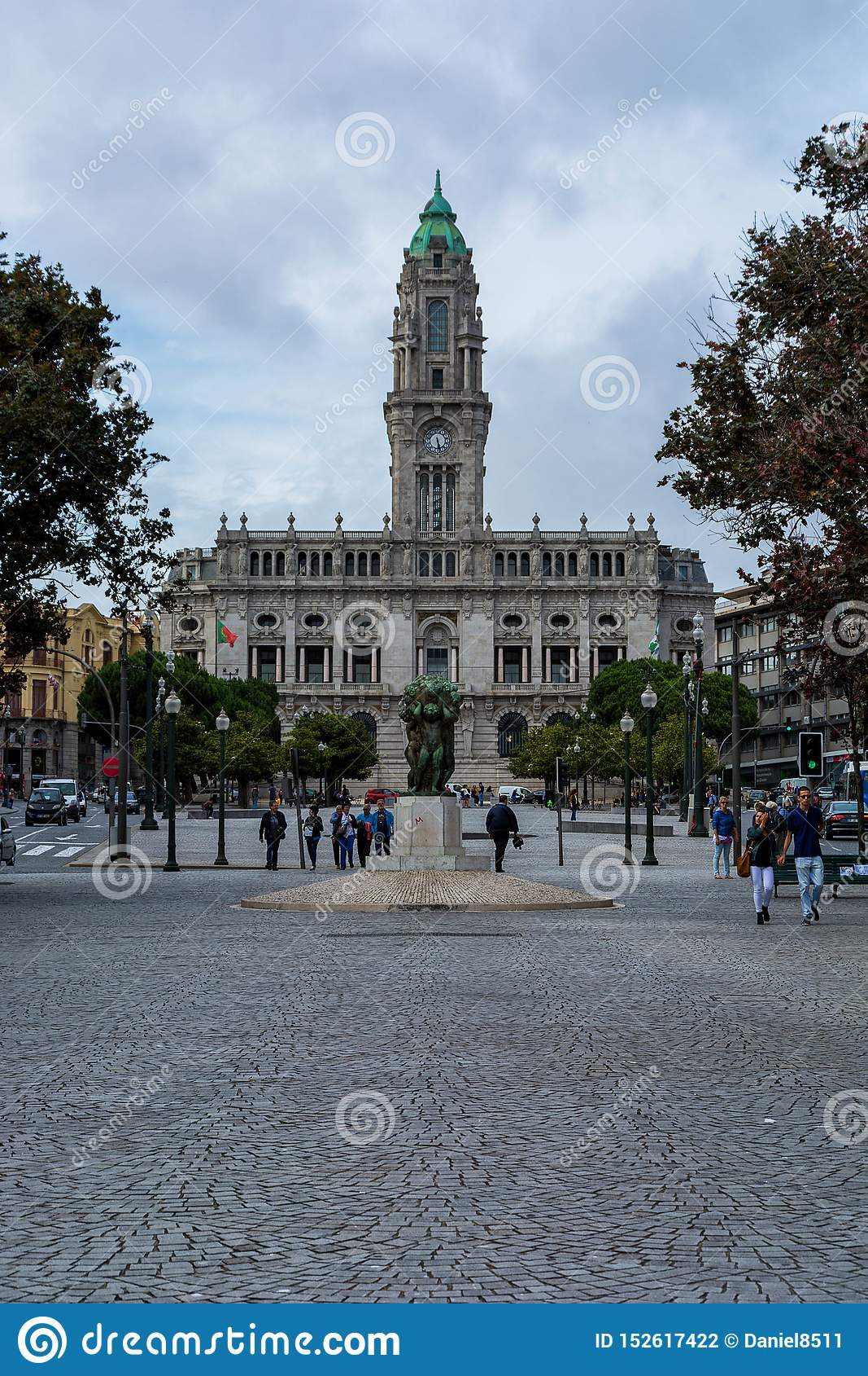 Городская ратуша Порту со статуей и деревьями