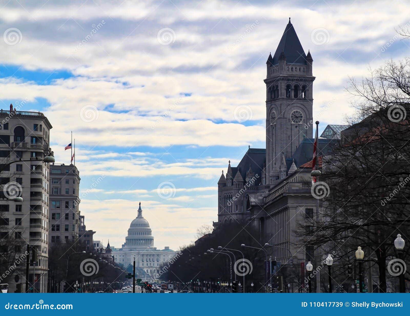Городского пейзажа взгляда оживленная улица вниз при капитолий строя в конце