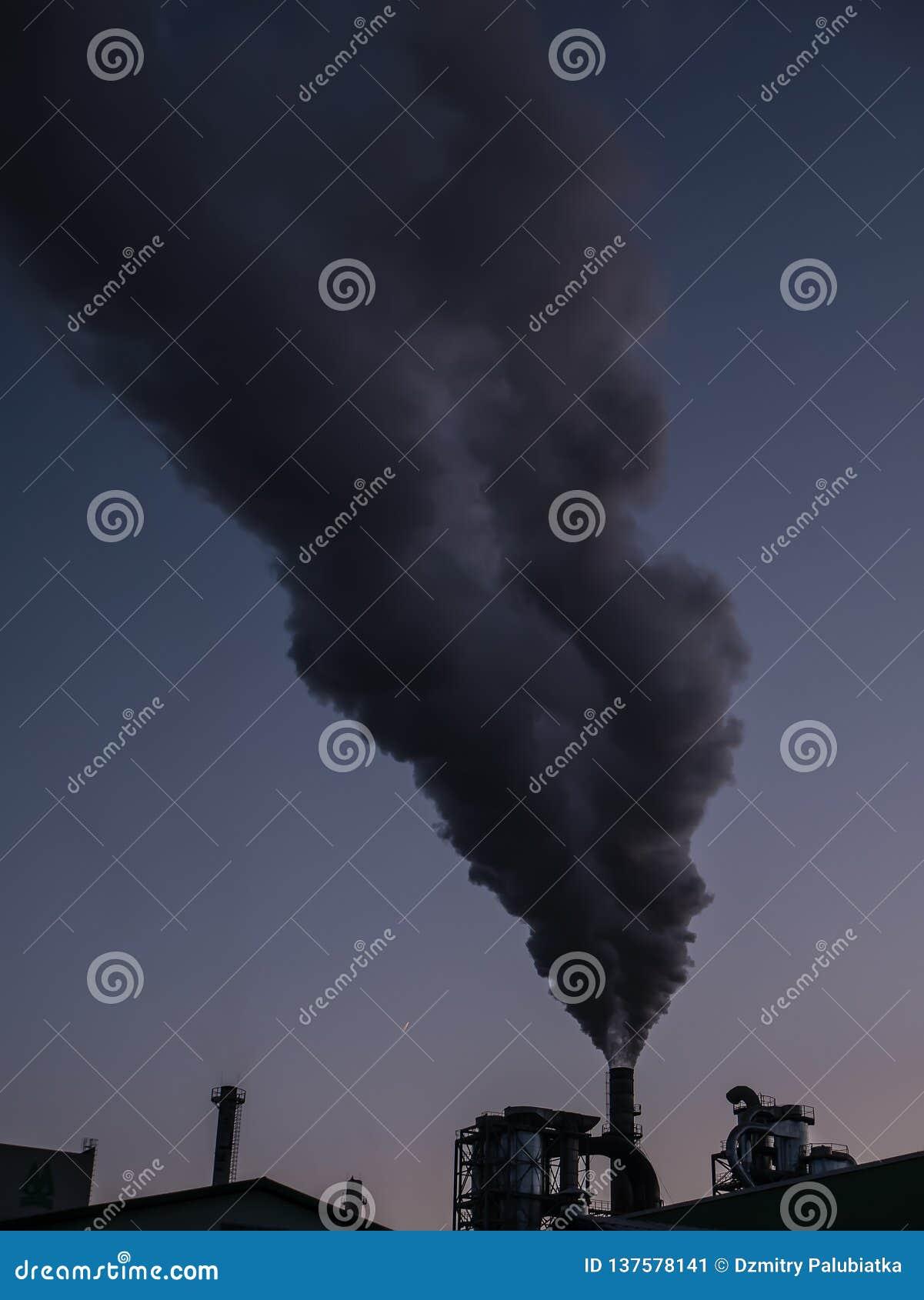 Городской ландшафт с промышленными трубами и густым дымом Завод куря, проблема загрязнения воздуха